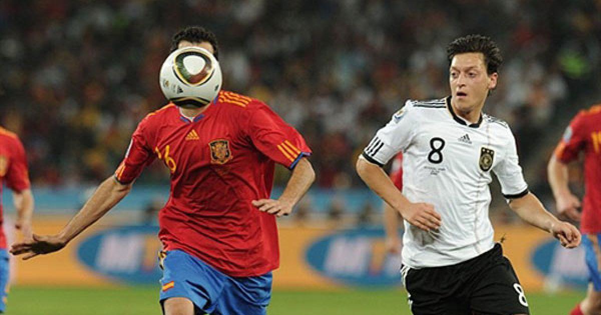 Озіл і Бускетс, який ховається за м'ячем @ AFP
