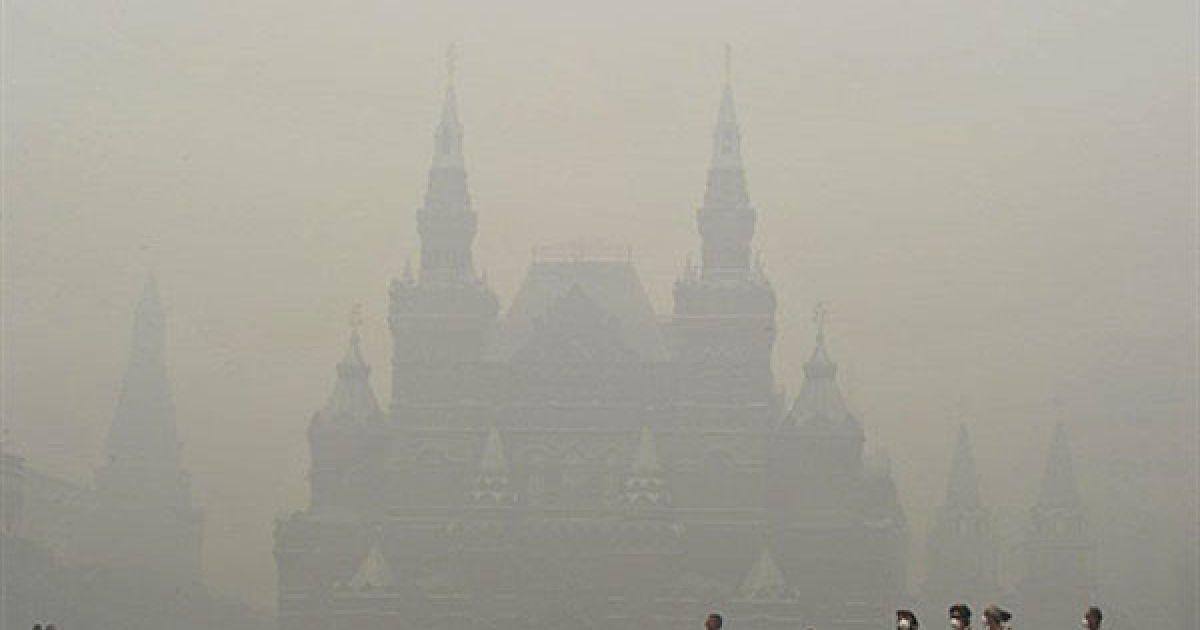 Росія, Москва. Росіяни і туристи, одягнені у захисні маски від диму лісових пожеж, гуляють Красною площею у Москві. Щільний смог від пожеж у сільській місцевості неподалік міста накрив Москву. Через високий рівень вмісту токсичних часток у повітрі, виникають занепокоєння з приводу здоров'я населення. @ AFP