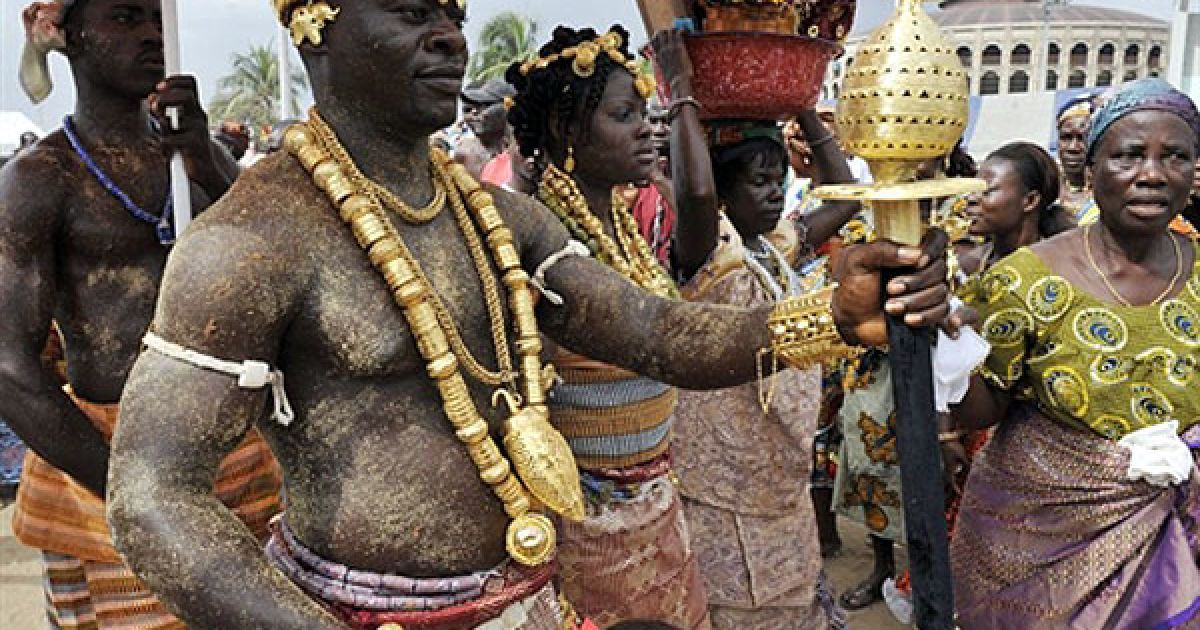Кот-д'Івуар, Абіджан. Члени з племені Ebrier беруть участь у етнічному парад племен, який провели у Абіджані в рамках святкування 50-ї річниці незалежності Кот-д'Івуара. @ AFP