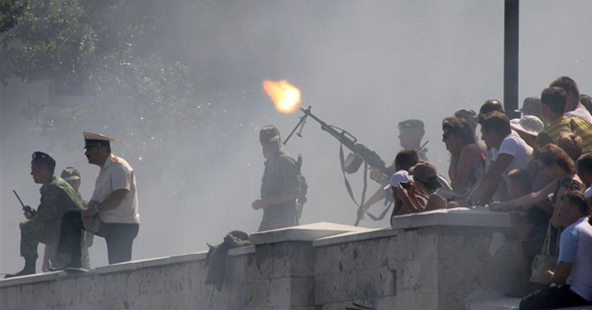 Військовослужбовець випускає кулеметну чергу з набережної. @ PHL.com.ua