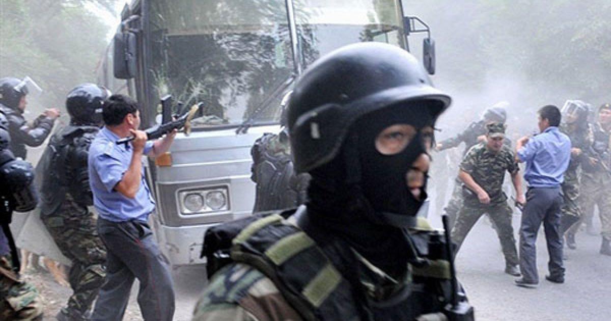 Киргизстан, Бішкек. Киргизька поліція і спецназ атакують автобус під час розгону прихильників киргизького бізнесмена і політичного лідера Урмата Бариктобасова неподалік від Бішкеку. Киргизькі правоохоронці розганяли антиурядову демонстрацію пострілами у повітря. Через виступи прихильників опозиційного бізнесмена у країні знову виникла напружена ситуація. @ AFP