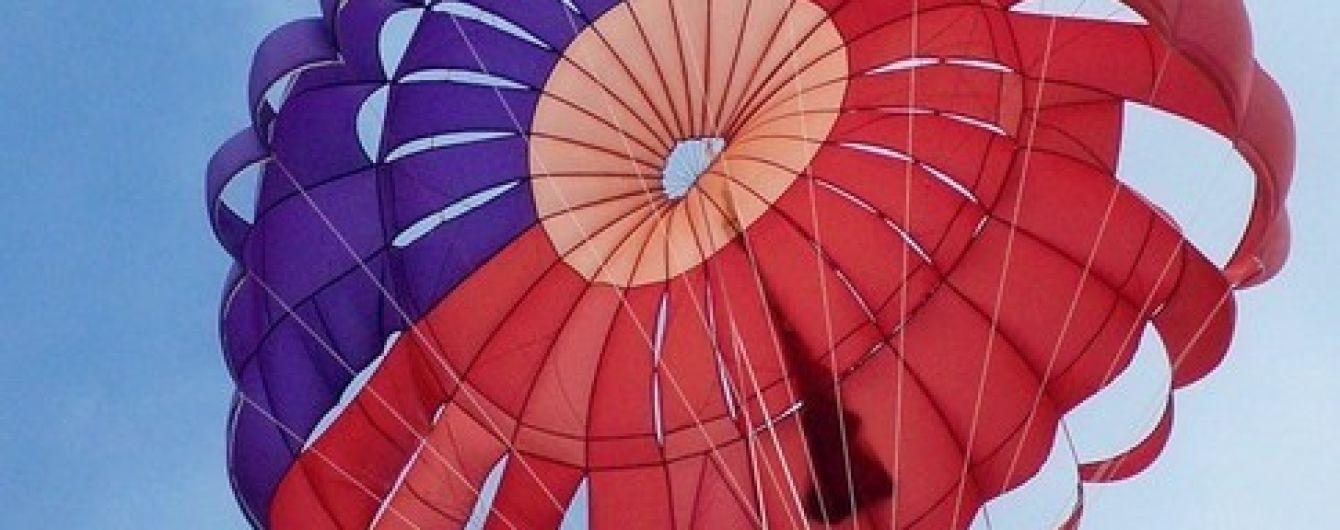 В России парень и девушка на парашюте врезались в электропровода. В Сети опубликовали видео