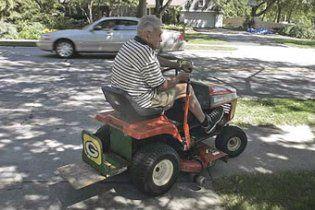 П'яний американець проїхав на газонокосарці по шосе