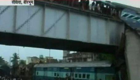 В Индии столкнулись два пассажирских поезда