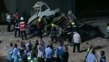 В Израиле пассажирский поезд врезался в микроавтобус