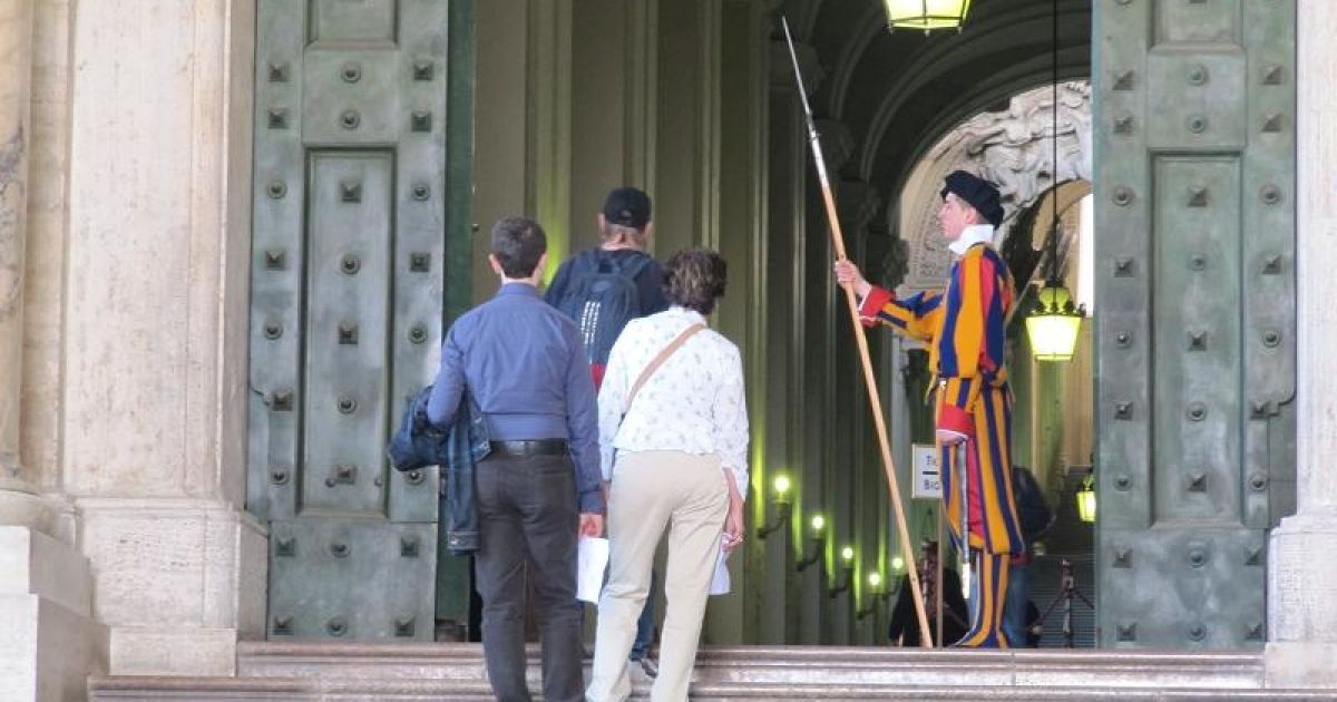 Вхід до базиліки св. Петра