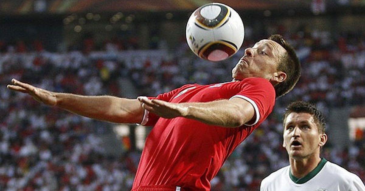 Джон Террі тримає м'яч у повітрі @ AFP
