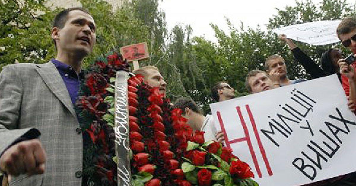 У здания Шевченковского райотдела милиции в Киеве, где при невыясненных обстоятельствах умер студент Игорь Индило, провели акцию протеста против произвола милиции. @ УНІАН