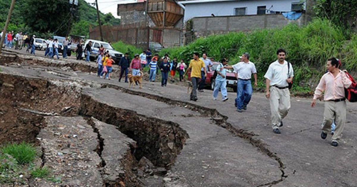 """Проливні дощі, які супроводжують тропічний шторм """"Агата"""", спричинили численні зсуви. @ AFP"""
