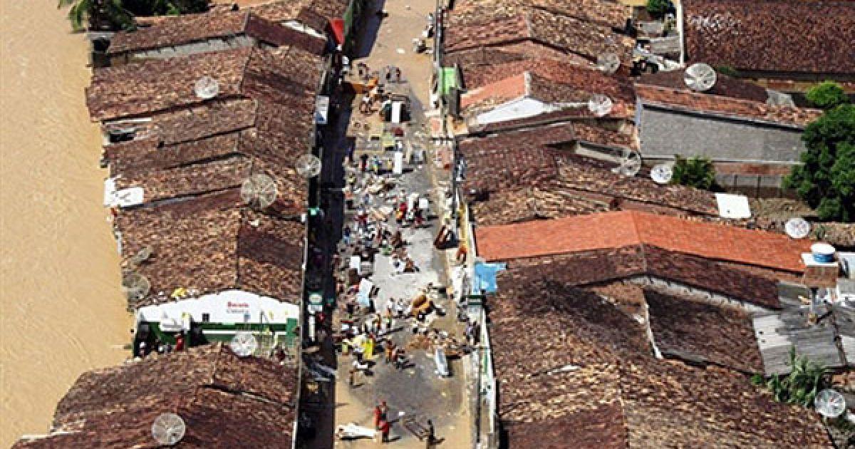 Бразилія, Хакуйпе. Місцеві мешканці намагаються врятувати свої речі з затоплених будинків у містечку Хайкупе, штат Алагоас. В результаті руйнівної повені на північному сході Бразилії у штаті Алагоас більше тисячі людей вважаються зниклими безвісти. Жертвами стихії вже стали 38 людей, десятки тисяч бразильців залишилися без даху над головою, було зруйновано безліч будинків, порушена транспортна система регіону. @ AFP