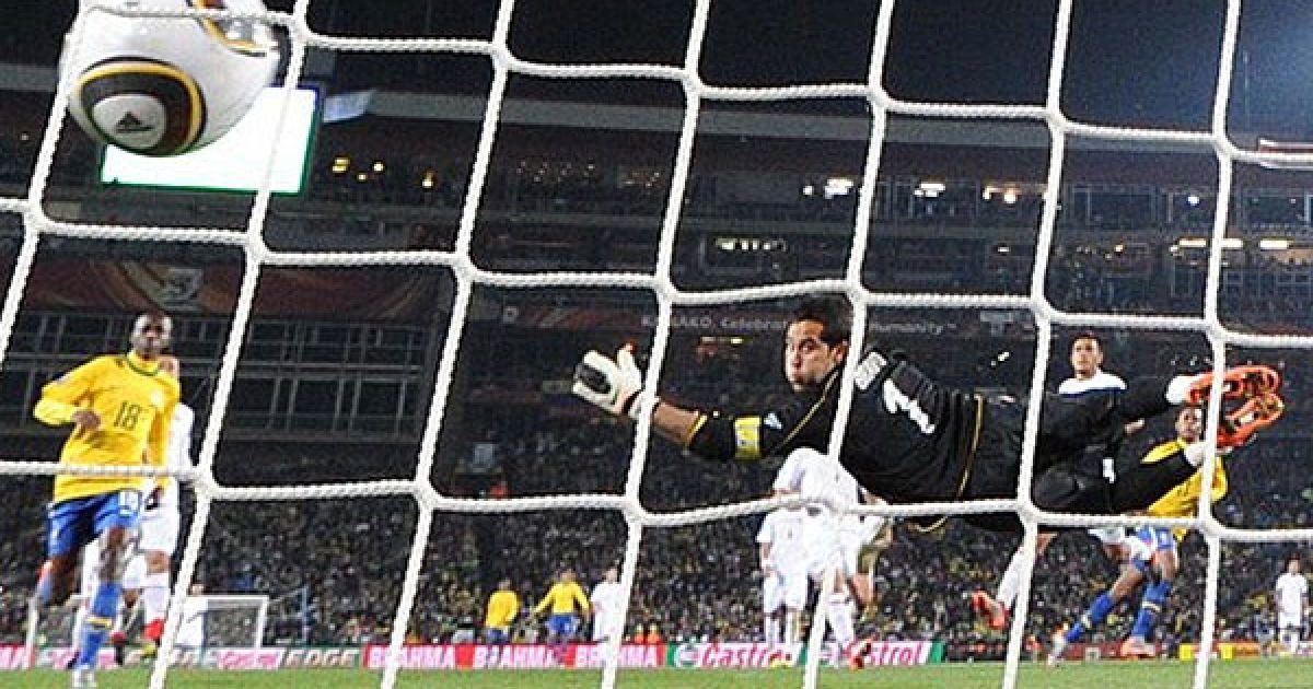М'яч влітає у ворота чилійців після удару Робіньо @ Getty Images/Fotobank
