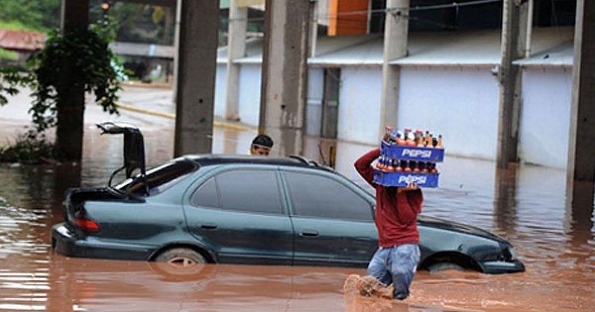 """У Центральній Америці - Гватемалі, Сальвадорі і Гондурасі - продовжує бушувати потужний тропічний шторм """"Агата"""". @ AFP"""