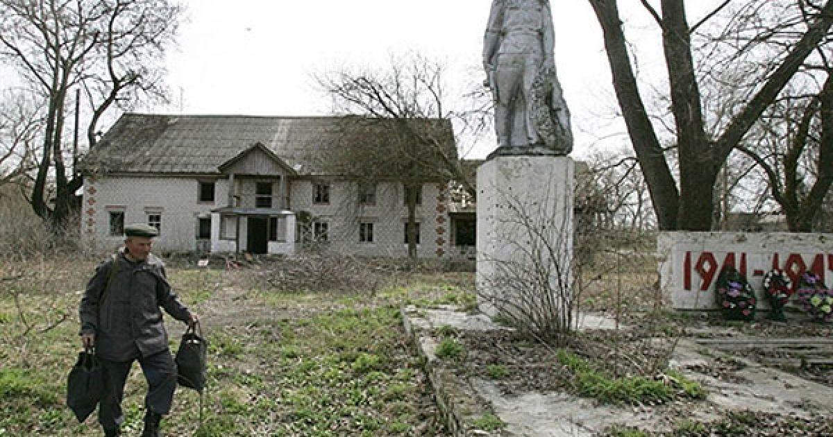 Білорусь, село Тулговичі, 30-км зона. Чоловік йде повз пам'ятник захисникам Вітчизни. @ AFP