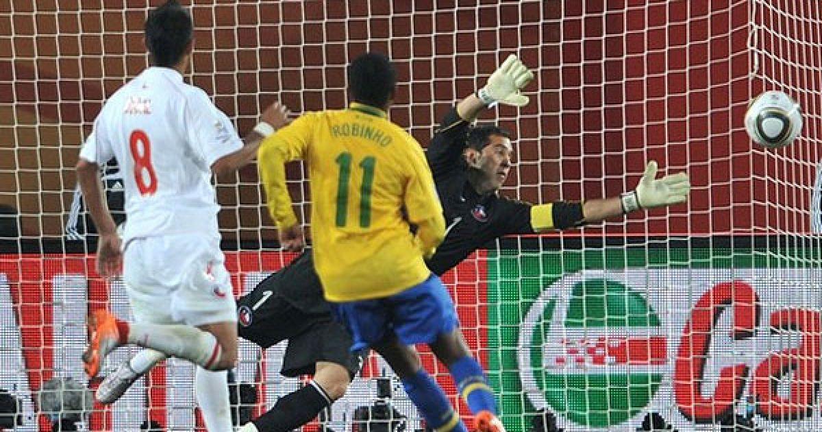 На 65-й хвилині Робіньо красивим обвідним ударом з 16-ти метрів відправив м'яч у ворота Чилі. @ Getty Images/Fotobank