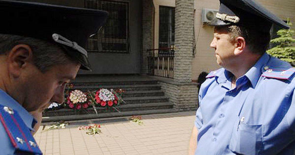 В ходе акции протестующие возложили цветы и траурные венки у входа в райуправление милиции. @ УНІАН