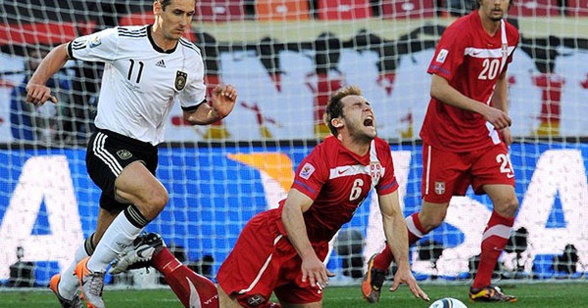 Мірослав Клозе збиває сербського захисника Браніслава Івановіча @ Getty Images/Fotobank