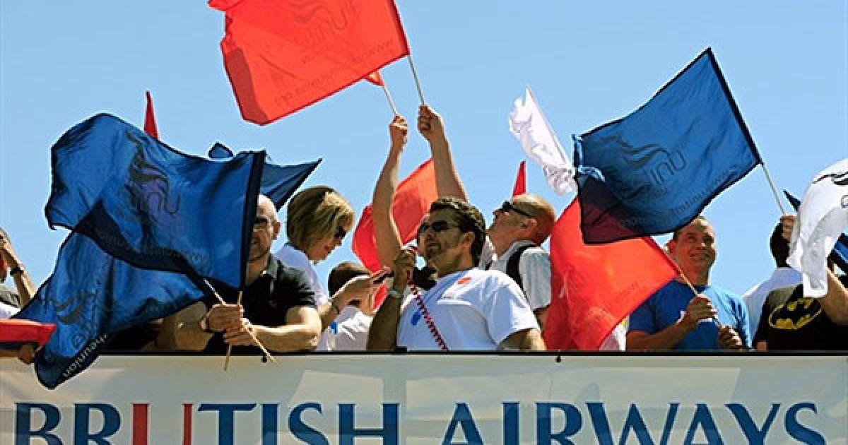 """Великобританія, Лондон. Демонстранти під час акції протесту проти компанії """"British Airways"""". У Лондоні почався 5-денний страйк в аеропорту Хітроу, які спричинив нові проблеми для тисяч пасажирів. @ AFP"""