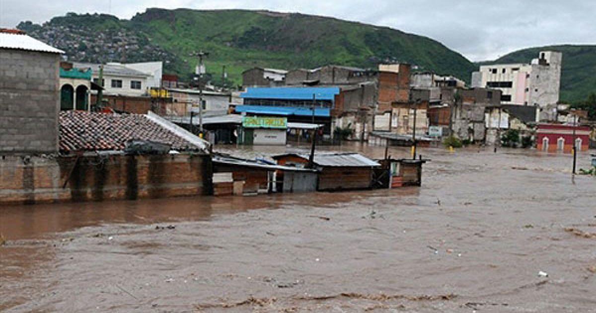 Жертвами потужного тропічного шторму у Центральній Америці стали 90 людей @ AFP