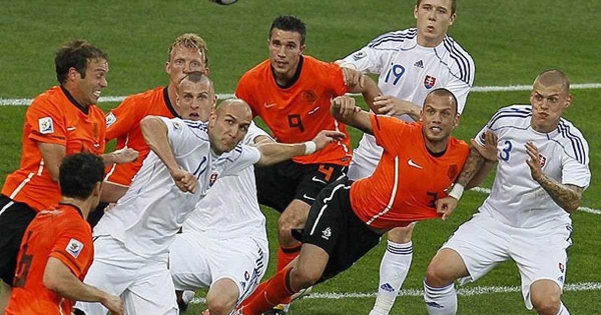 Футболісти слідкують за м'ячем @ AFP