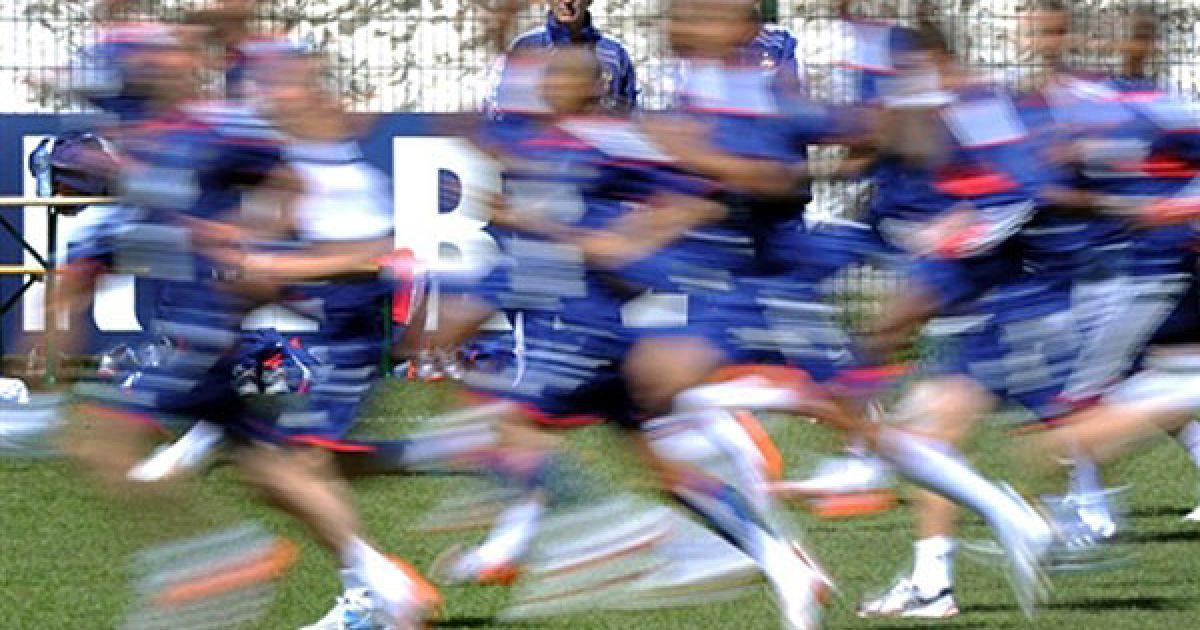 Франція, Тінь. Тренер французької збірної Раймон Доменек дивиться на гравців, які тренуються у французьких Альпах. Збірна Франції готується до до Чемпіонату світу з футболу, перший матч Франція гратиме проти збірної Уругваю у Кейптауні 11 червня. @ AFP