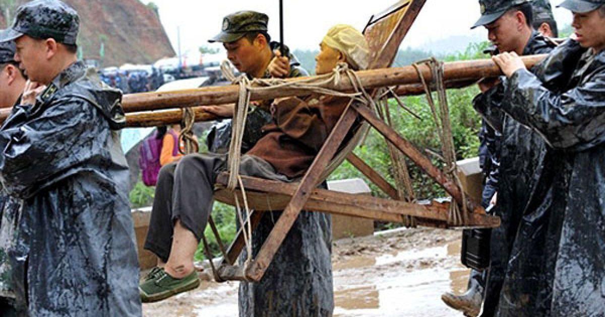 Декілька зсувів, викликаних безперервними дощами, зійшли на два сільські населені пункти в повіті Гуаньлін. @ AFP
