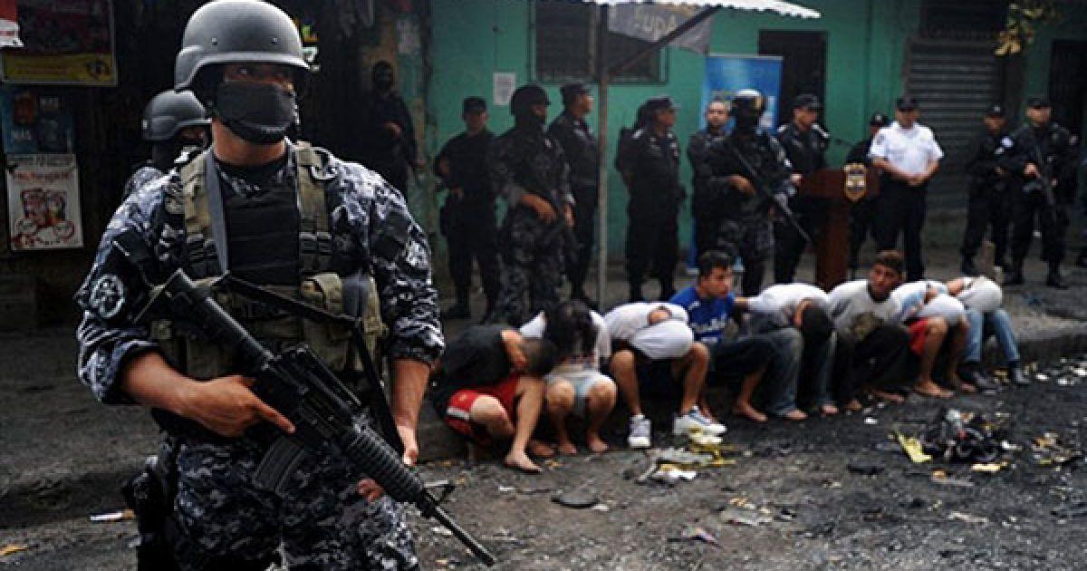 Сальвадор, Сан-Сальвадор. Члени групи спеціального призначення Національної цивільної поліції охороняють вісьмох осіб, заарештованих за підозрою у спаленні автобусу, в результаті чого загинули 14 людей. @ AFP