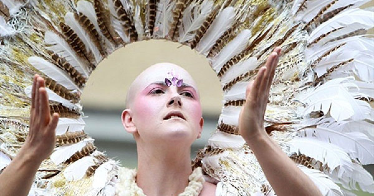 """Німеччина, Берлін. Член танцювальної групи бере участь у вуличній виставі під час """"Карнавалу культур"""", який провели у берлінському районі Кройцберг. Фестиваль проводиться щорічно, щоб відзначити етнічне і культурне різноманіття німецької столиці. @ AFP"""