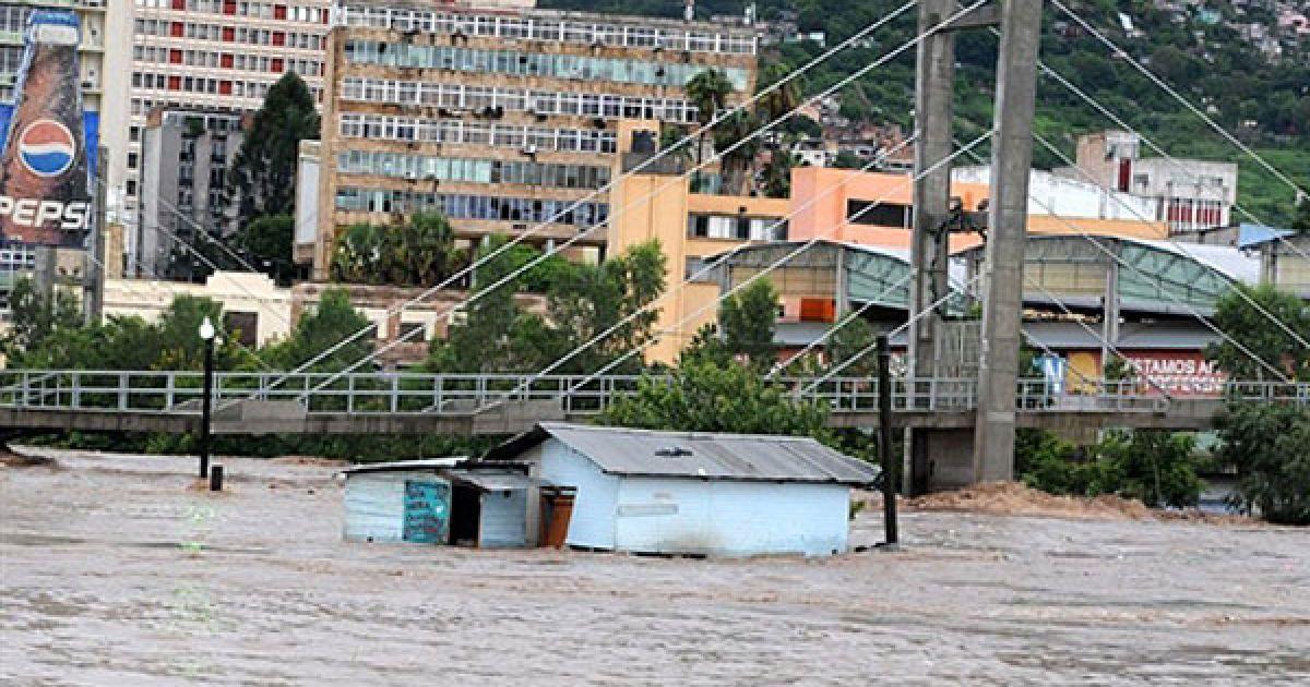 """У Центральній Америці - Гватемалі, Сальвадорі і Гондурасі - вирує потужний тропічний шторм """"Агата"""". @ AFP"""