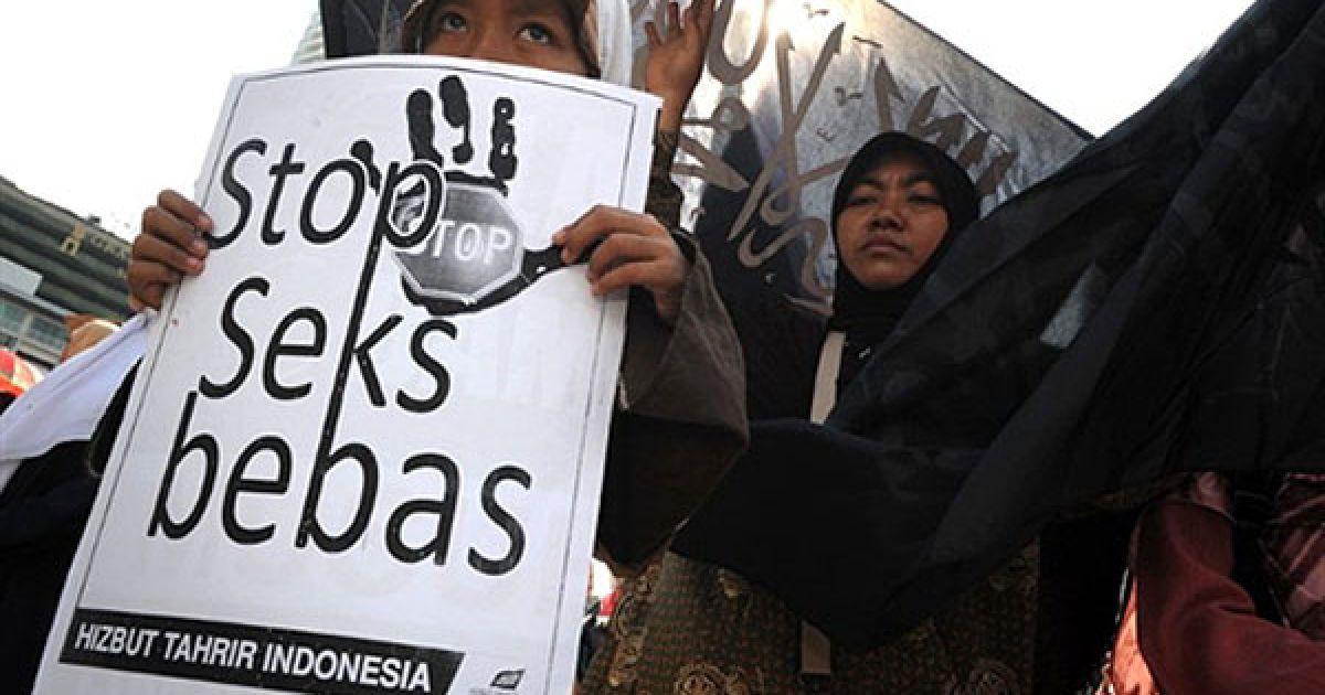 """Індонезія, Джакарта. Сотні індонезійських ісламістів вийшли на акцію протесту у центрі Джакарти з плакатами """"Зупиніть вільний секс!"""". Демонстранти вимагають публічної страти через побиття камінням і забиття палицями знаменитостей, які з'явилися у домашньому відео, що циркулює у Інтернеті. Близько 1000 протестуючих на чолі із членами радикального угрупування """"Хизбут Тахрір"""" кричали """"Аллах акбар"""", вимахували чорними прапорами і тримали плакати: """"Арештувати тих, хто займається випадковим сексом"""". @ AFP"""
