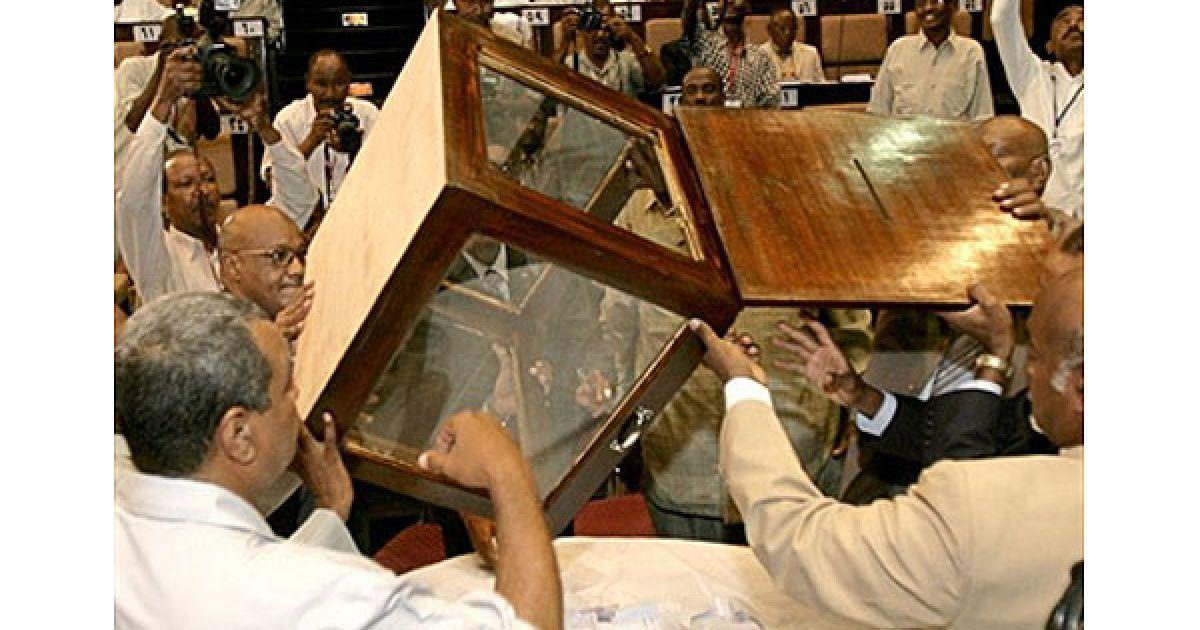 Судан, Хартум. У парламенті Судану йде підрахунок голосів після виборів нового спікера. Новий парламент Судану зустрівся вперше з парламентських виборів у квітні, щоб обрати нового спікера. Перші багатопартійні вибори у країні, в якій з 1986 року велась війна, були дуже складними через купу технічних проблем, звинувачень в шахрайстві і бойкотів опозиції. @ AFP