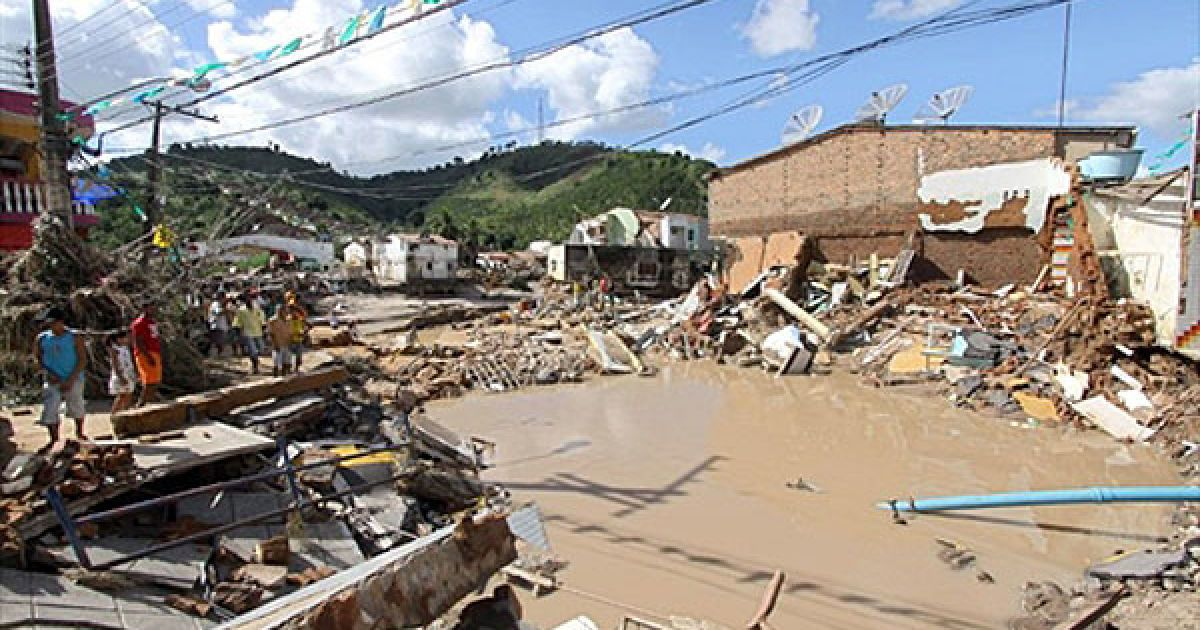 Через повінь десятки тисяч бразильців залишилися без даху над головою, зруйновано безліч будинків, порушена транспортна система регіону. @ AFP