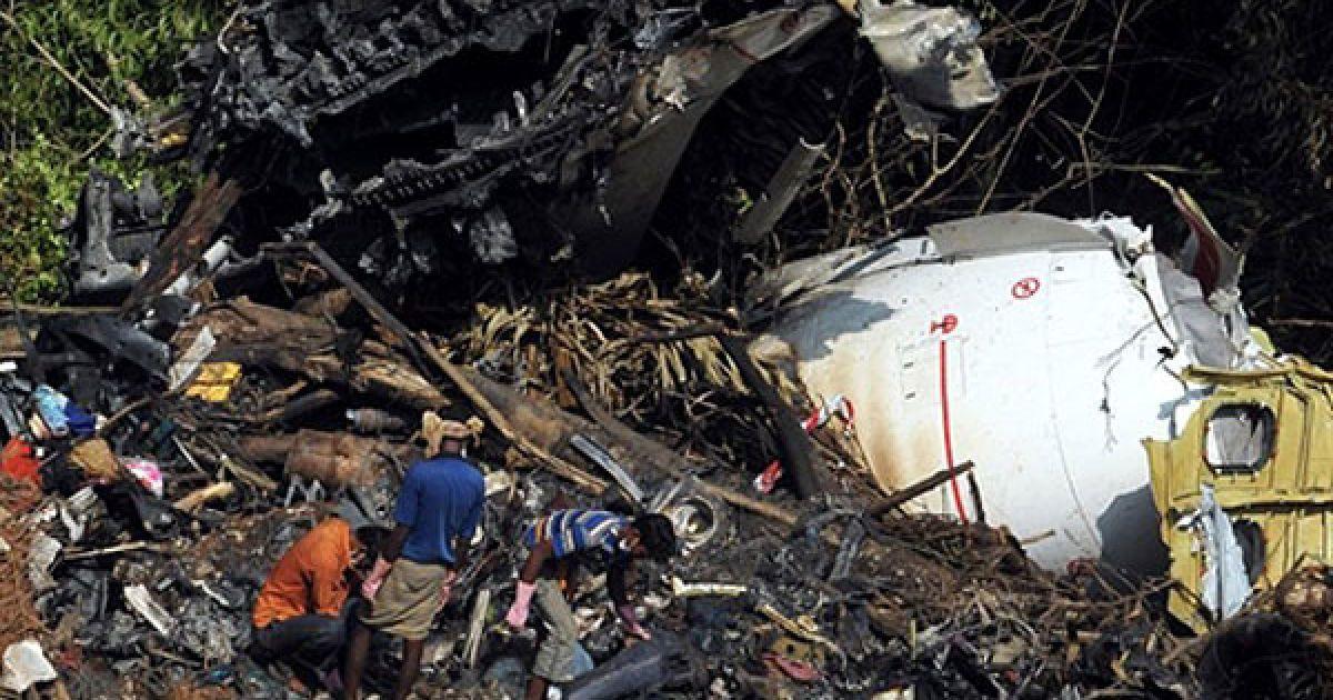 """Індія, Мангалор. Індійські працівники на місці авіакатастрофи літака Boeing 737-800 компанії Air India Express, яка сталась у Мангалорі. Літак Boeing 737-800 врізався у дерева. В результаті авіакатастрофи загинули 158 людей. Триває пошук """"чорної скриньки"""". @ AFP"""