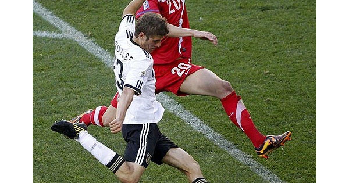 Суботіч і Мюллер ведуть боротьбу за м'яч @ Getty Images/Fotobank