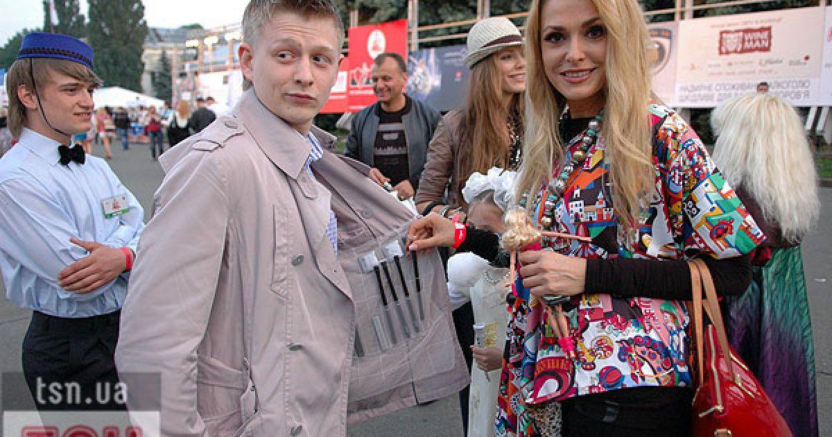 Актриса Ольга Сумська вирішила дещо купити у фарцовщика. @ Євген Бурляй/ТСН.ua
