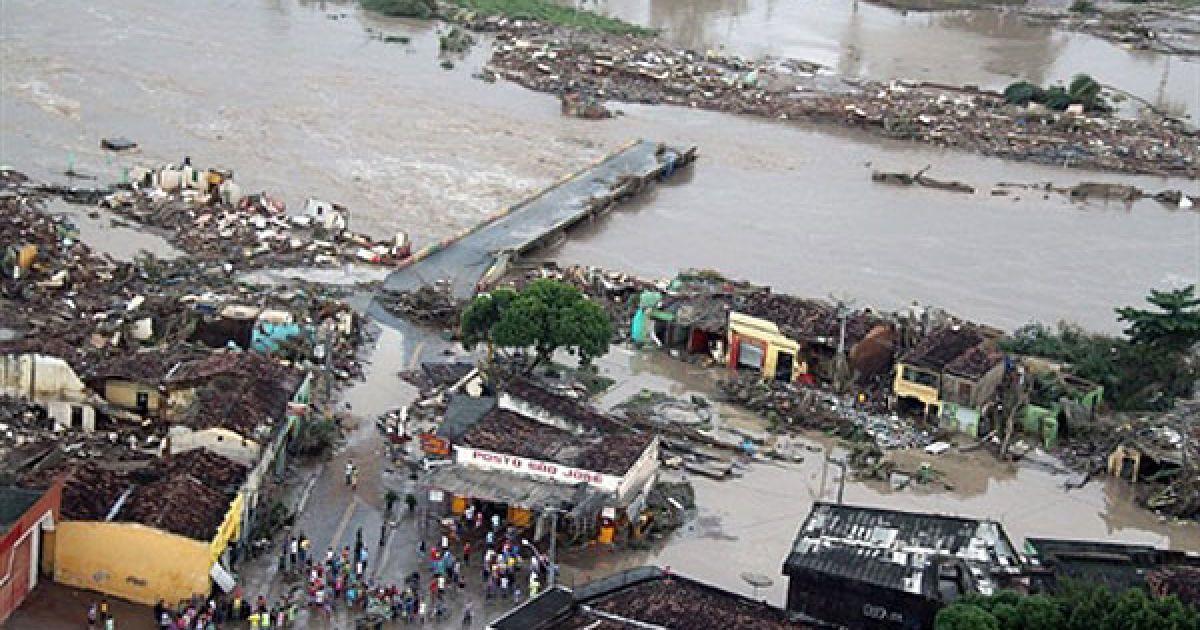 Жертвами стихії вже стали 38 людей, десятки тисяч бразильців залишилися без даху над головою @ AFP