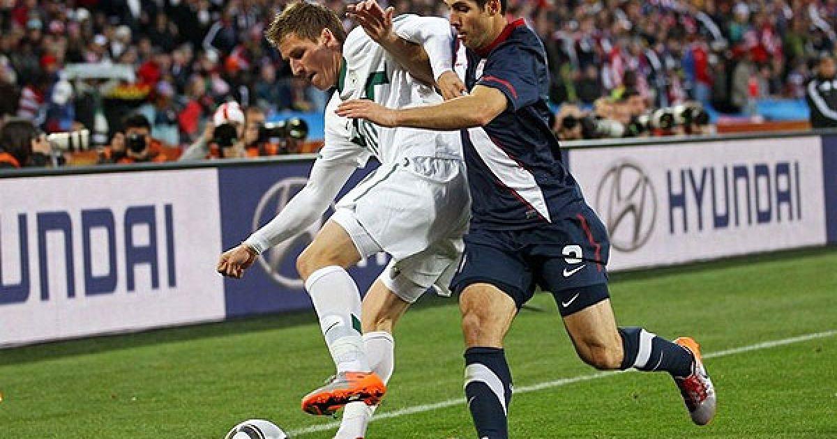Боканегра намагається відібрати м'яч у Бірси, який на 13-й хвилині відкрив рахунок у матчі @ Getty Images/Fotobank