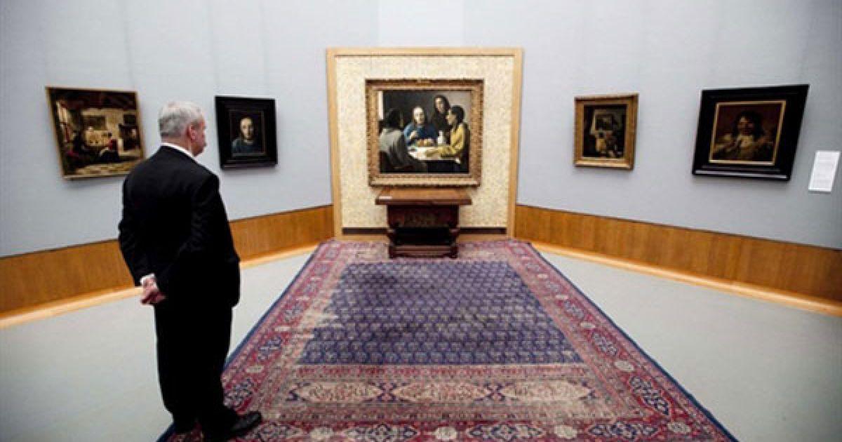 Нідерланди, Роттердам. Відвідувач роздивляється роботи художника Хана ван Меєгерена (1889-1947) на виставці в музеї Бойманс Ван Бейнінген у Роттердамі. З 12 травня до 22 серпня у музеї виставлятимуться картини найуспішніших та найвпливовіших голандських фальсифікаторів і підробників картин. Ван Меєгерен спеціалізувався на підробці Вермеєра. @ AFP