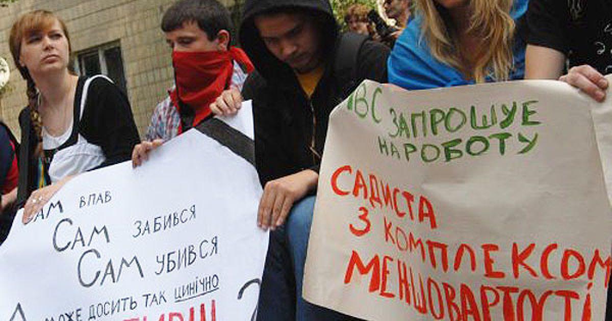Участники акции протеста возложили цветы и венки к райотделу милиции, в котором погиб студент Игорь Индило. @ УНІАН