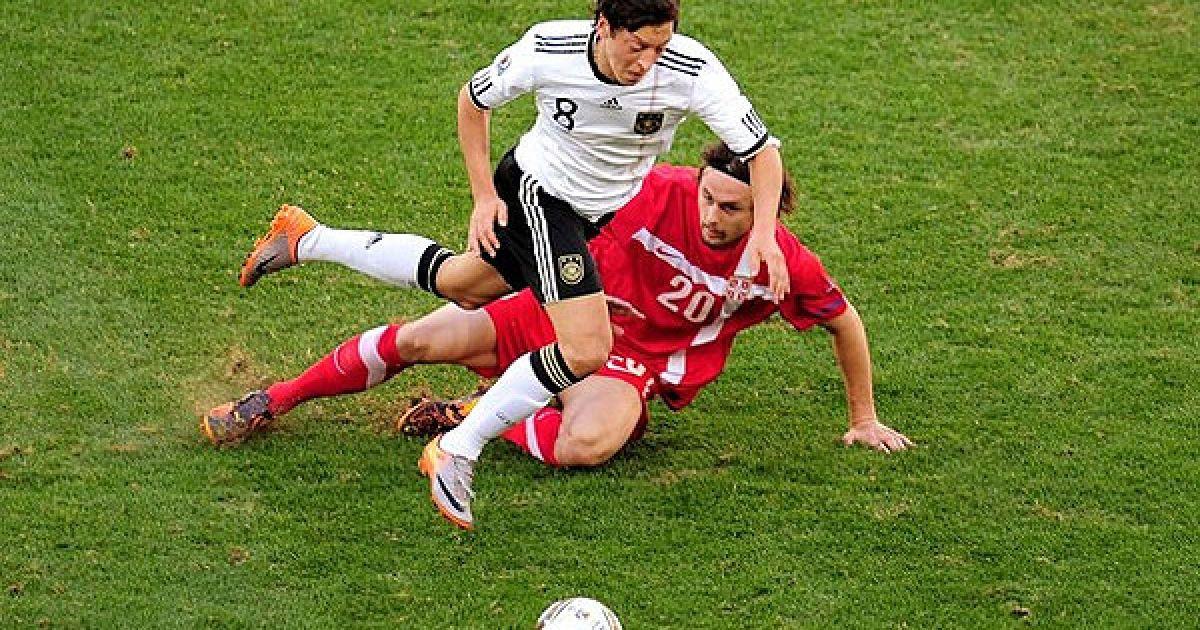 Суботіч намагається відібрати м'яч у Озіла @ Getty Images/Fotobank