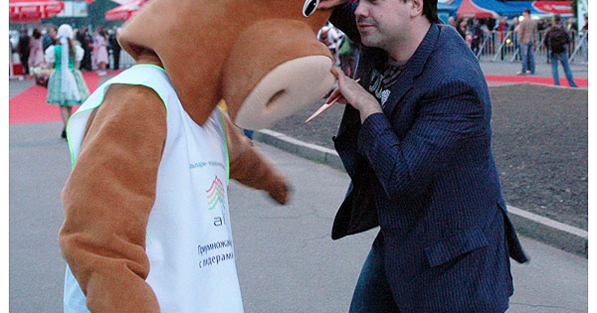 Народна прикмета: гуморист Антон Лірник бореться з коровою – молока не буде! @ Євген Бурляй/ТСН.ua
