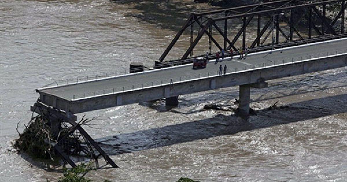 Зруйнований міст у гватемальському місті Лос Аматес. @ AFP