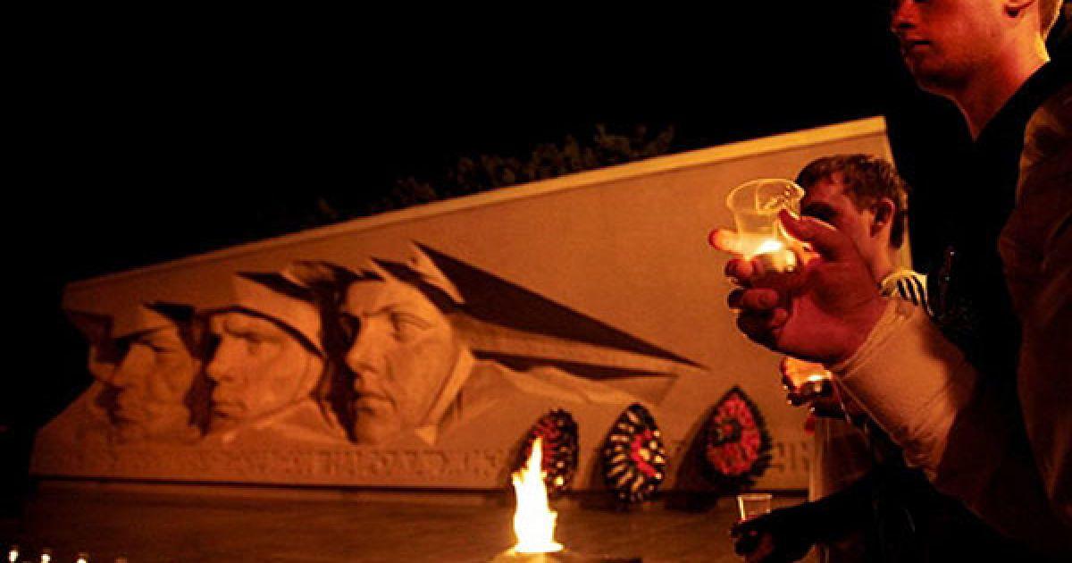 Росія, Ставрополь. Люди тримають в руках свічки на Могилі Невідомого солдата у Ставрополі. Країни колишнього Радянського Союзу відзначають 69-ту річницю вторгнення фашистської Німеччини на територію СРСР 22 червня 1941 року, коли більше 3 мільйонів фашистських солдатів без попередження перетнули кордон Радянського Союзу. @ AFP