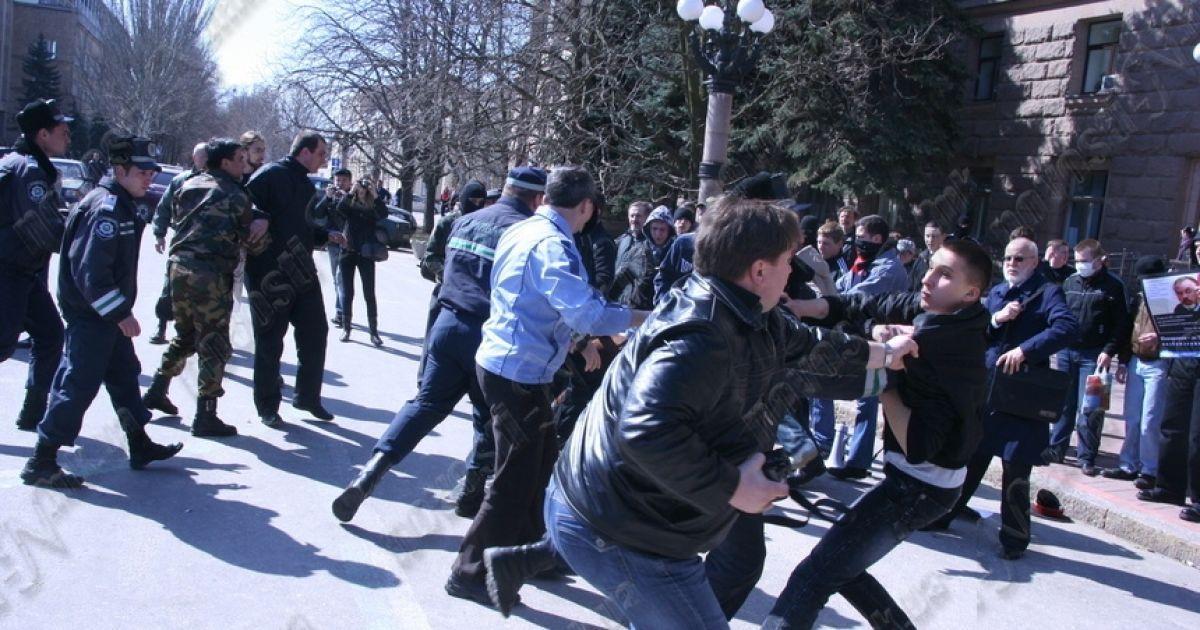 У Миколаєві мітинг проти Табачника переріс у масову бійку. Фото novosti-n.mk.ua