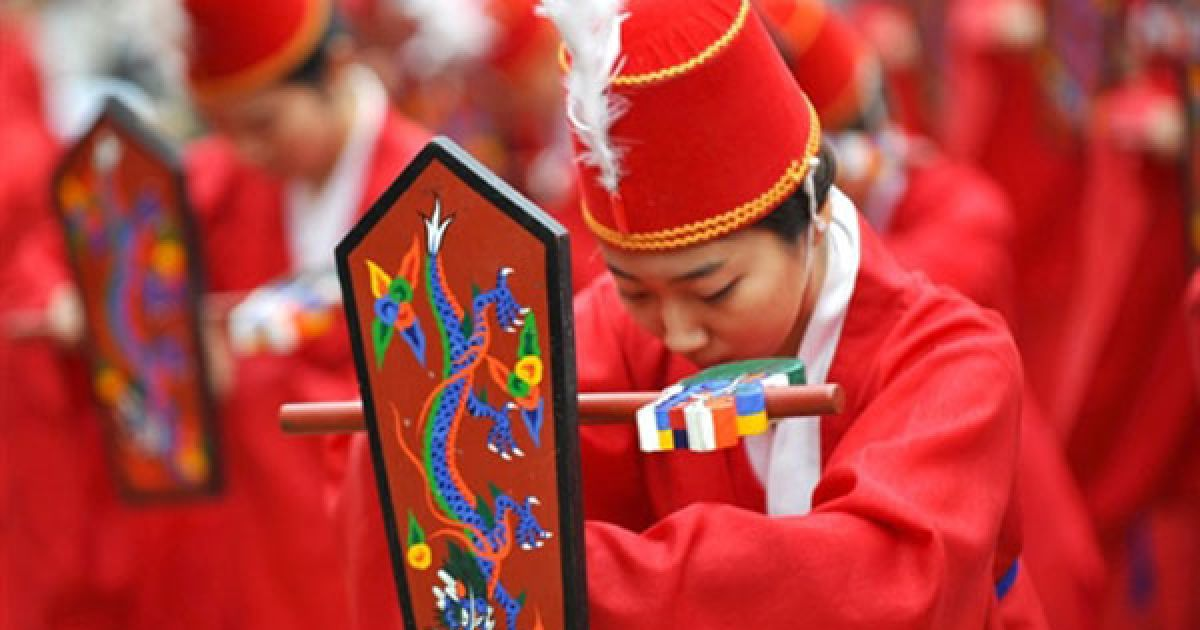 """Республіка Корея, Сеул. Південнокорейські танцівниці виконують традиційний танок """"Palilmu"""" під час великої конфуціанської церемонії Сокджон (Seokjeon). Храм, в якому щороку проводять урочисту церемонію на честь Конфуція, був побудований у 1398 році для корейських конфуціанських вчених. @ AFP"""