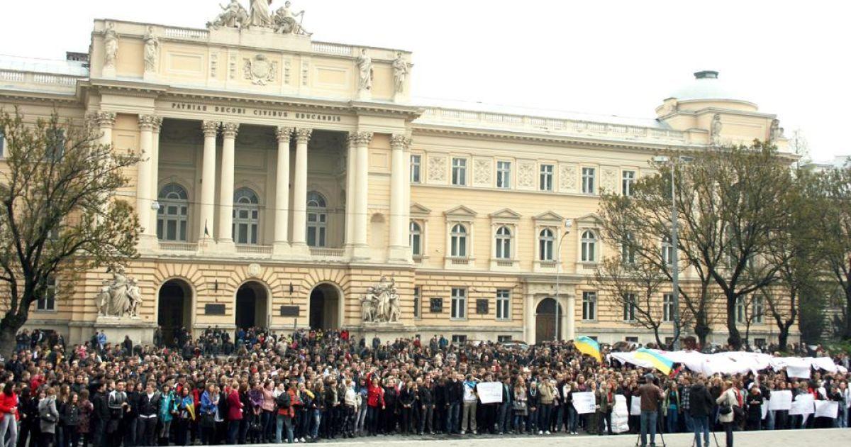 Майже десять тисяч студентів львівських вузів зібралися у центрі міста на акцію протесту проти перебування на посаді міністра освіти та науки Дмитра Табачника. @ ZAXID.NET