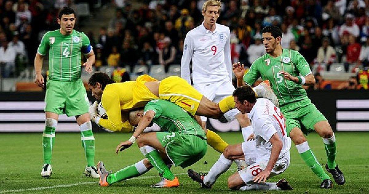 Англійський голкіпер Девід Джеймс перехоплює м'яч перед своїми воротами @ Getty Images/Fotobank