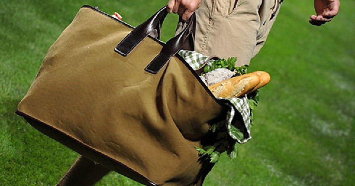 """Італія, Мілан. Манекенник із сумкою бере участь у показі """"Dolce&Gabbana"""" під час Тижня чоловічої моди, який проходить у Мілані. @ AFP"""