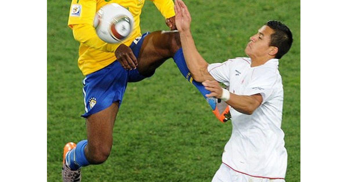 Жуан і Хара ведуть боротьбу за м'яч @ Getty Images/Fotobank