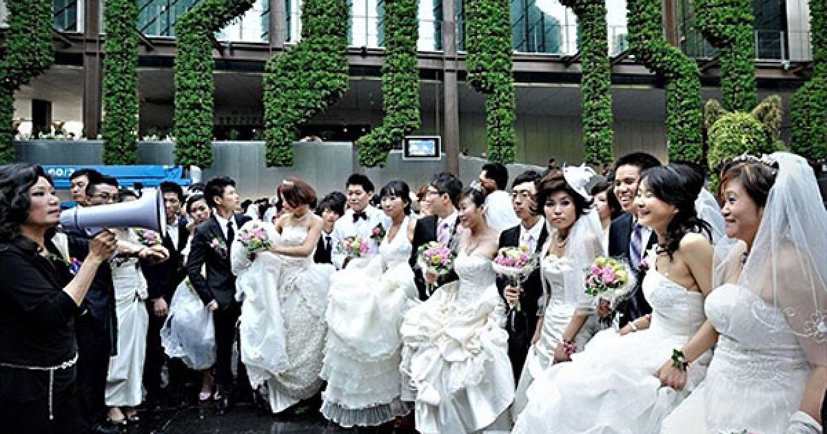 """Китай, Шанхай. У французькому павільйоні всесвітньої виставки """"World Expo 2010"""", яка проходить у Шанхаї, провели масове весілля для бажаючих. Організатори очікують, що виставку міжнародних технологічних досягнень цього року побачать більше 70 млн відвідувачів. @ AFP"""