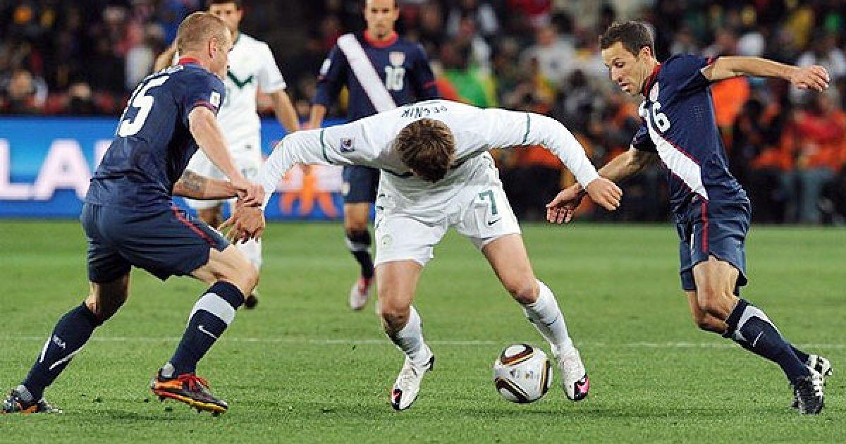 ДеМеріт і Черундоло відбирають м'яч у Печніка @ Getty Images/Fotobank